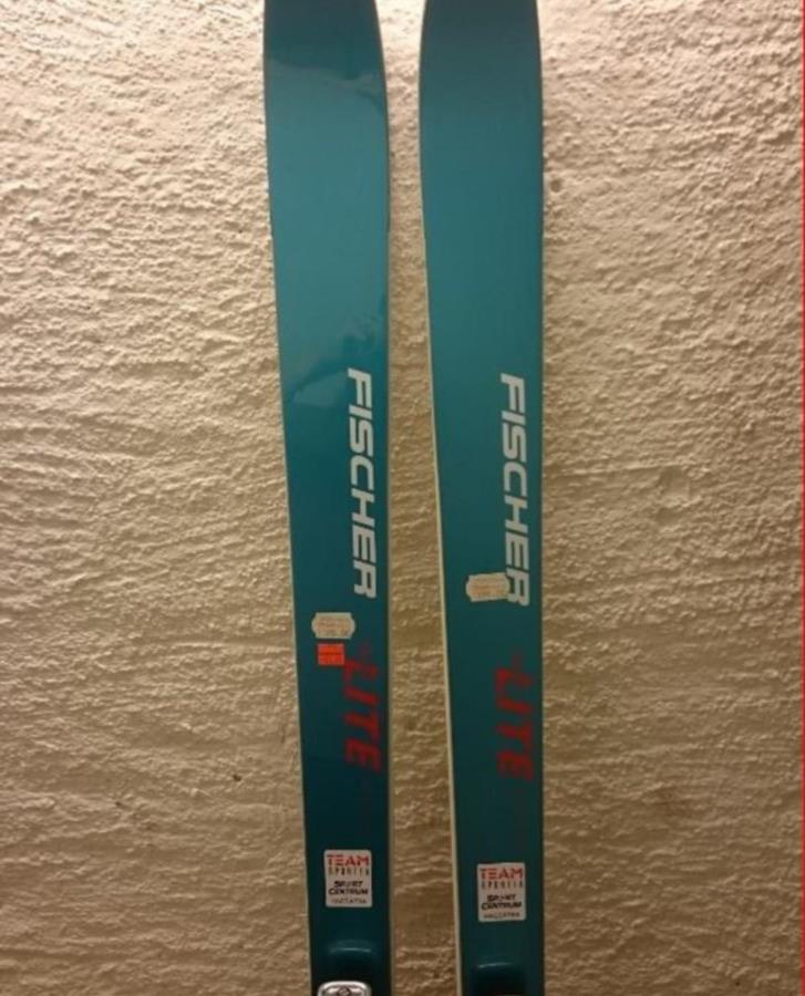 Skidor utförs, slalomskidor helt nya, aldrig använda