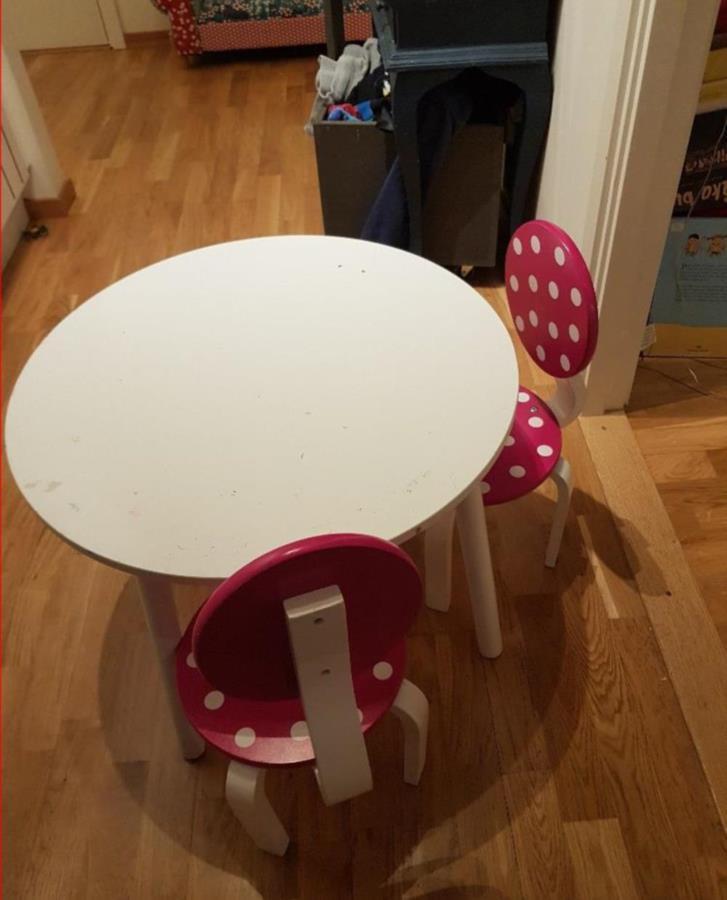 Barnbord med två stolar