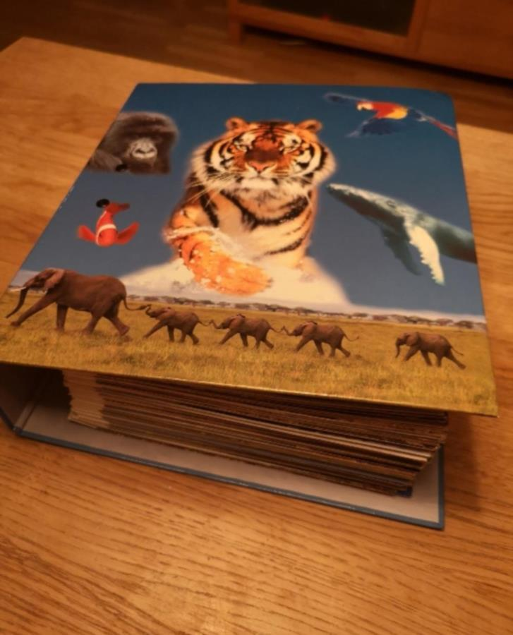 Pärm med infoblad om olika djur