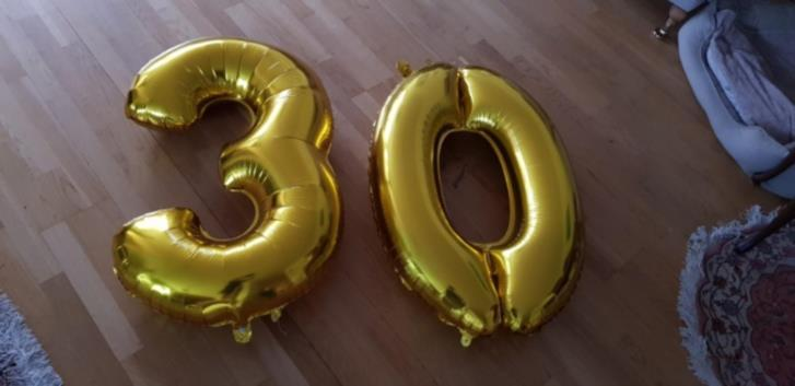 Ballonger med siffror 30 bortskänkes