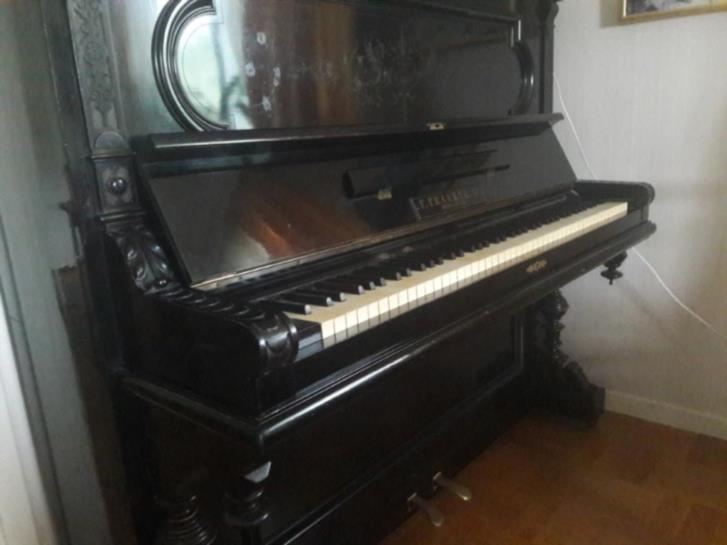 Svart piano sent 1800-tal
