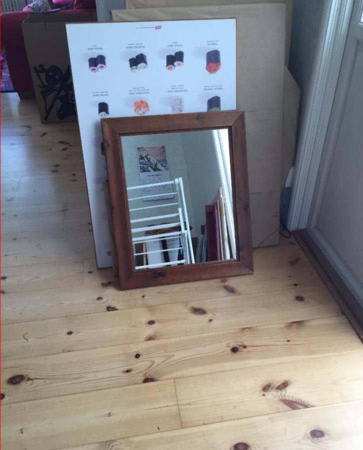Bortskänkt: trä inramad spegel