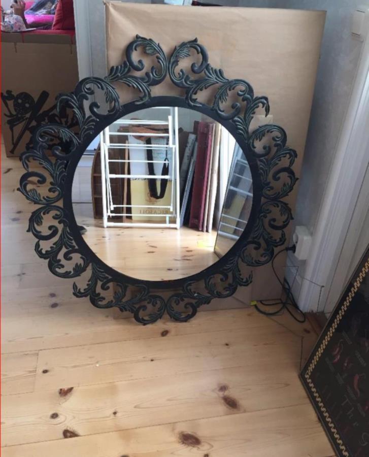 Bortskänkt: Svart spegel (metall)