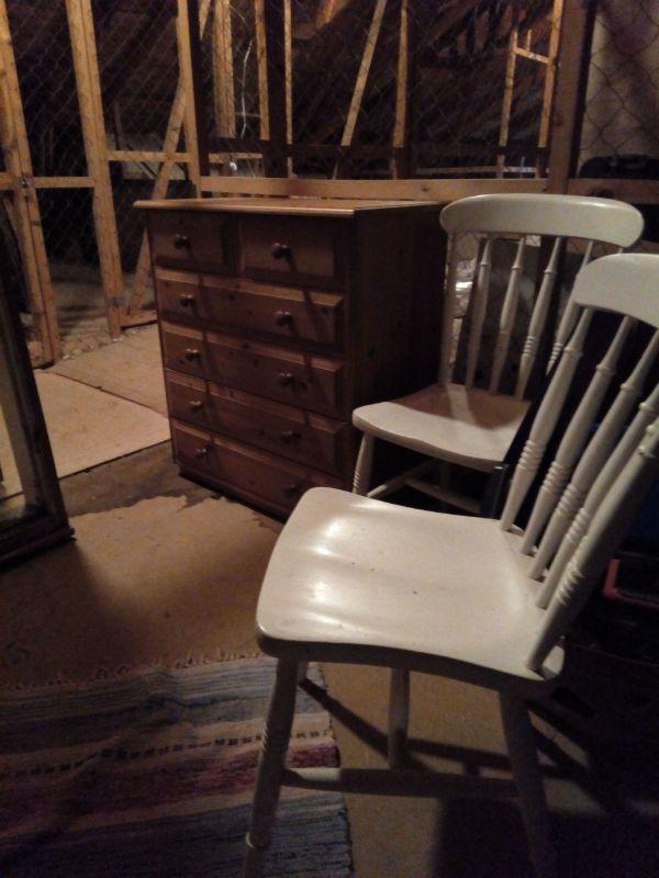 Två stolar och en byrå
