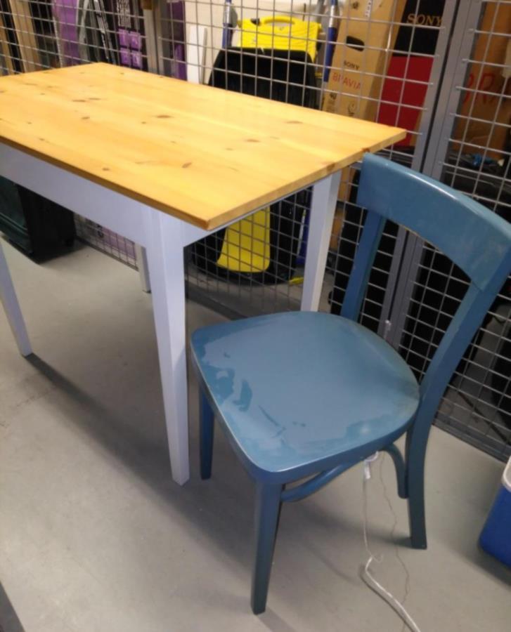 Litet bord + 2 stolar