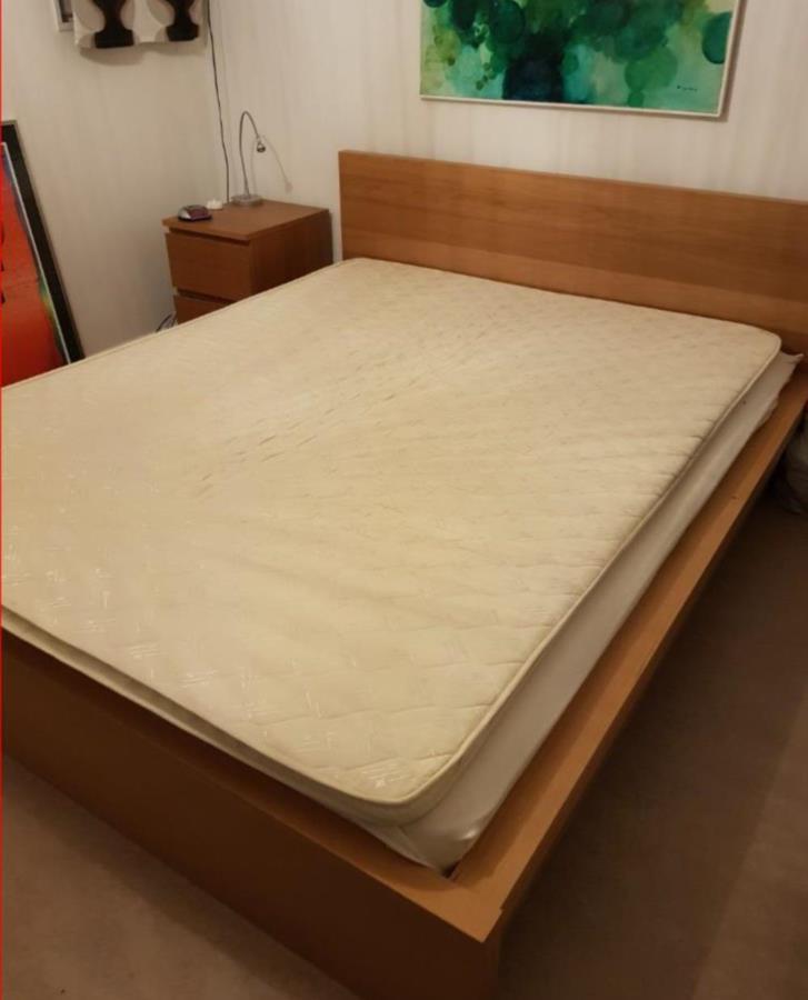 Malm sängstomme 160cm + resårmadrass + sängbord
