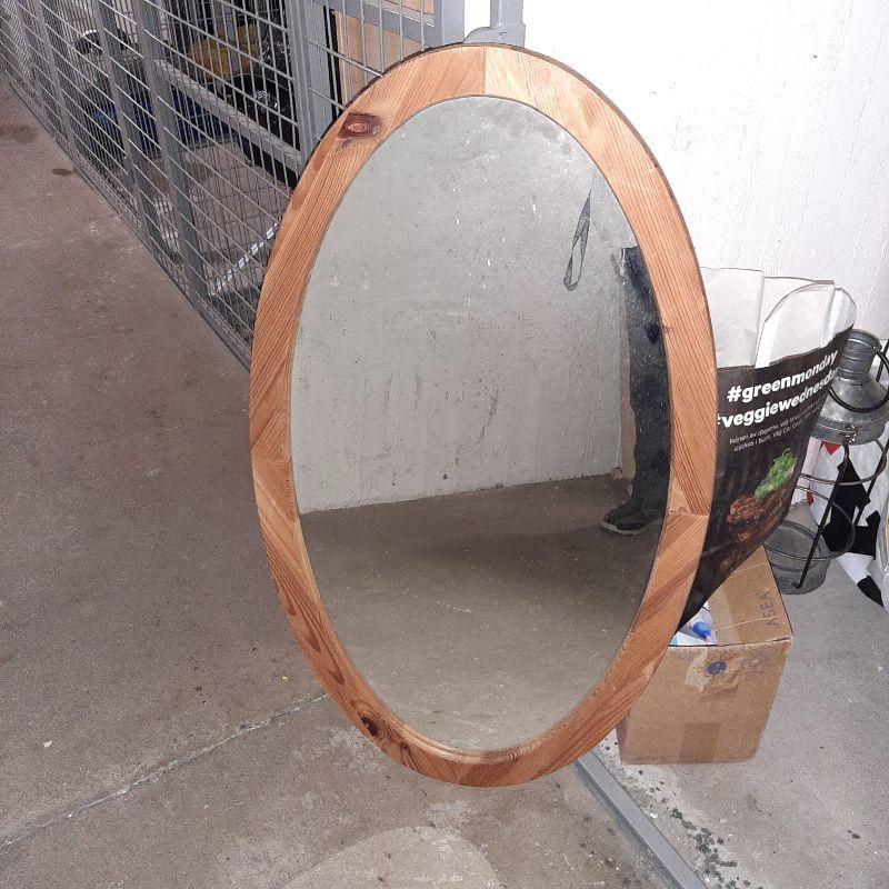 Oval Spegel. Finns i Knivsta