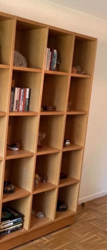 förvaringslådor och bokhylla