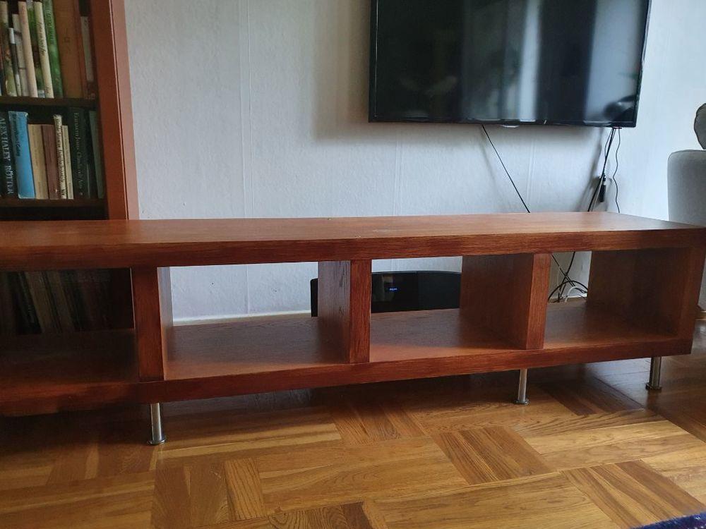 sidobord i glas  och tv bänk i trä