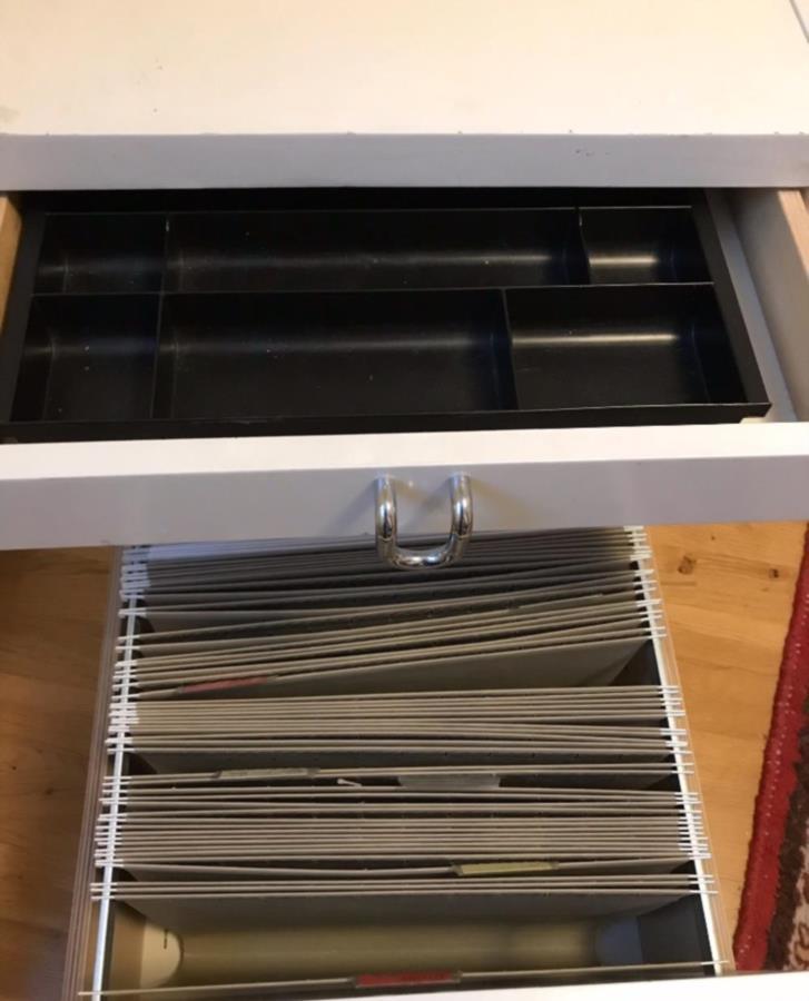 Vit skrivbordshurts med tre lådor