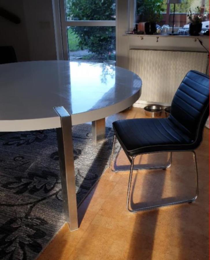 Stort köksbord  4 stolar