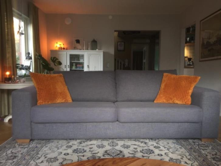Gråmelerad soffa