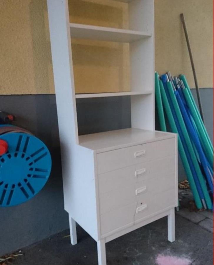 Bokhylla och skrivbord med stol