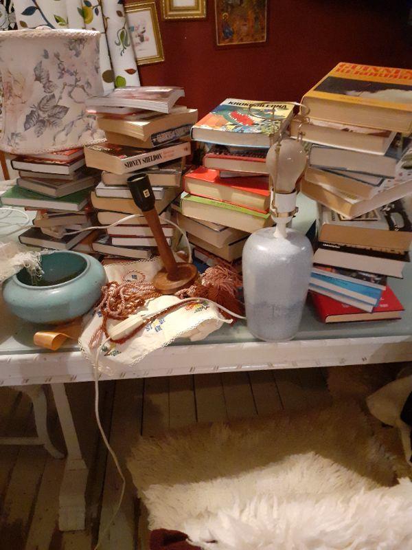 Lampfötter, lampskärmar och böcker
