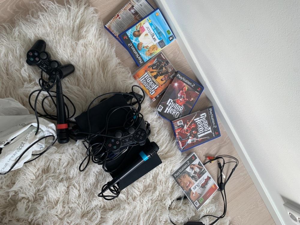 PlayStation 2 med starsinger och tillbehör