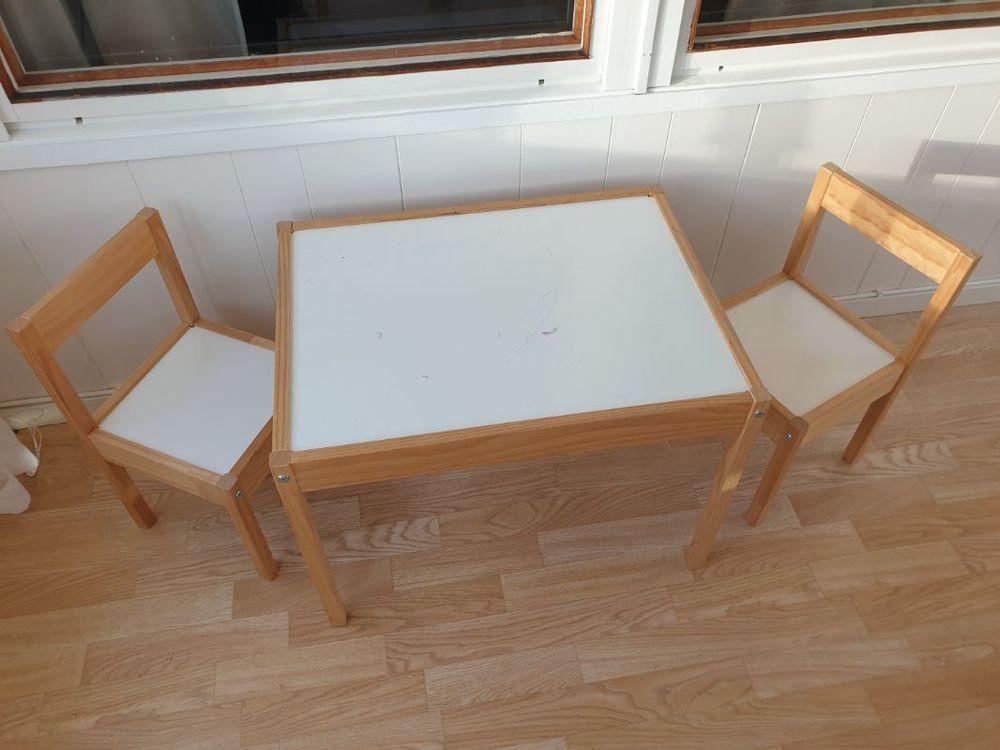 IKEA barnbord med två stolar