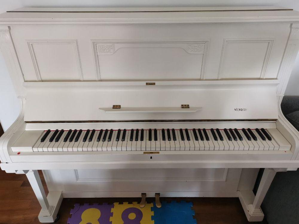 Vit piano bortskänkes