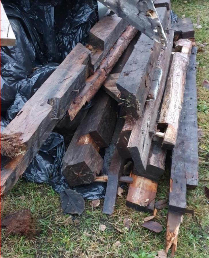 Minst 150 år gamla stockar bjälkar balkar att göra fina hyllor, lampor etc av