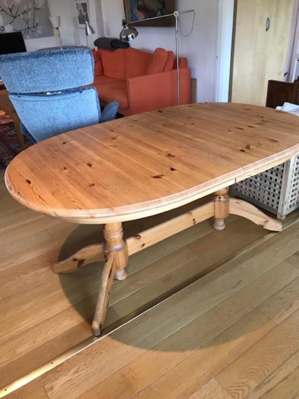 Matbord med iläggsskiva