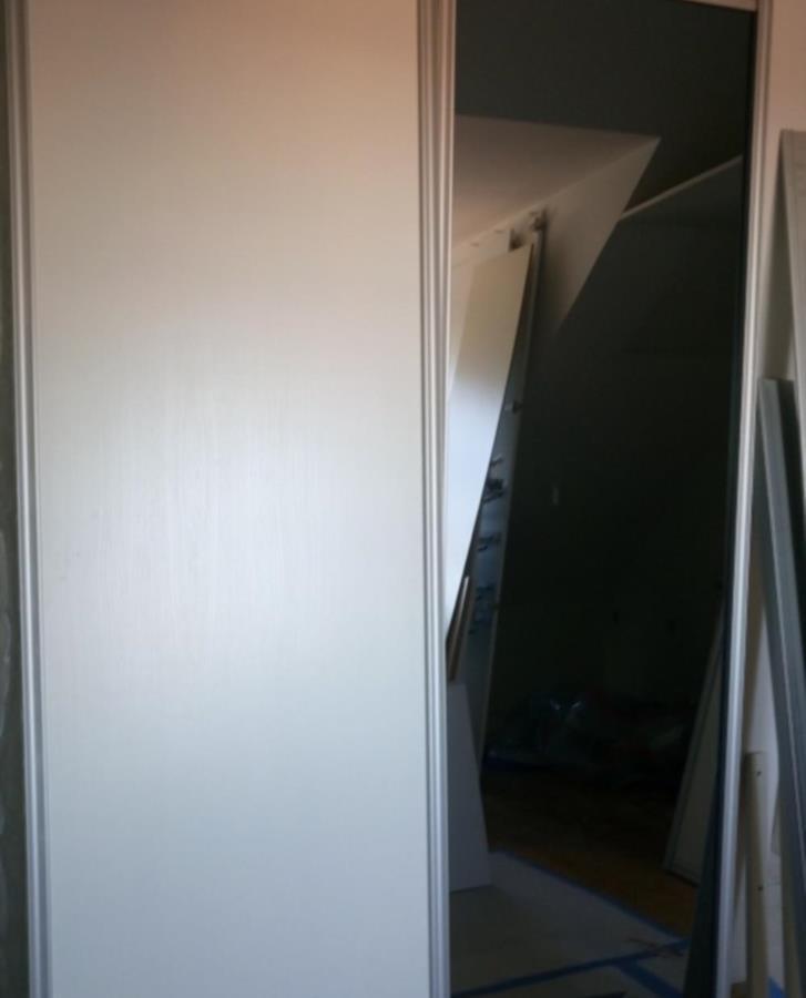 2 skjutdörrar varav en vit och en spegel