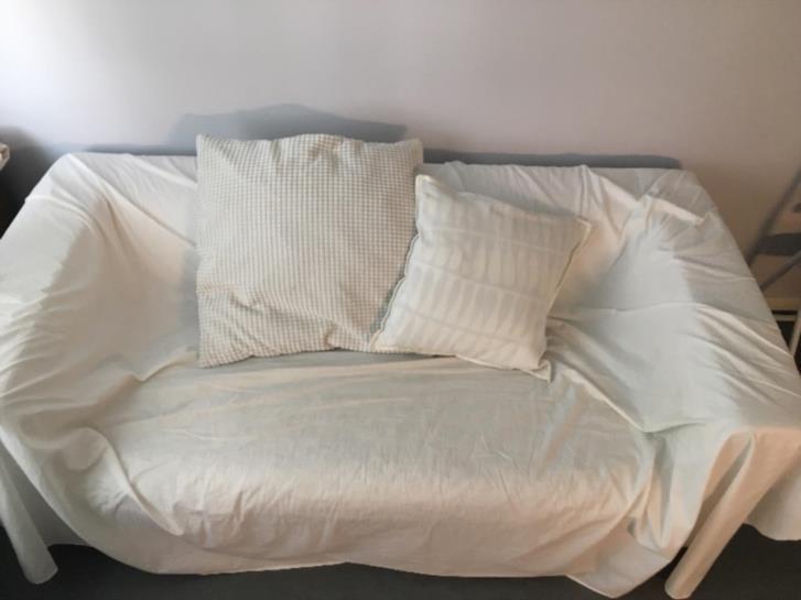 Välanvänd soffa bortskänkes