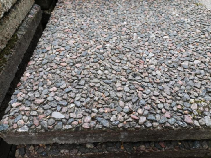 Betongplattor med dansk sjösten och andra stenar