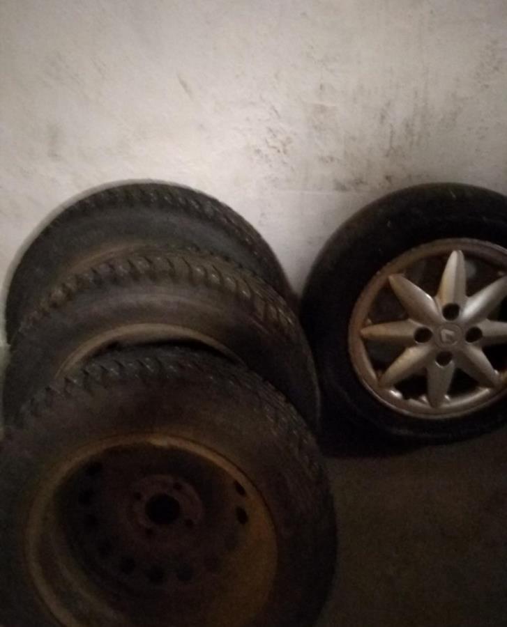 4 däck med fälgar bortskänkes 165/65 r14