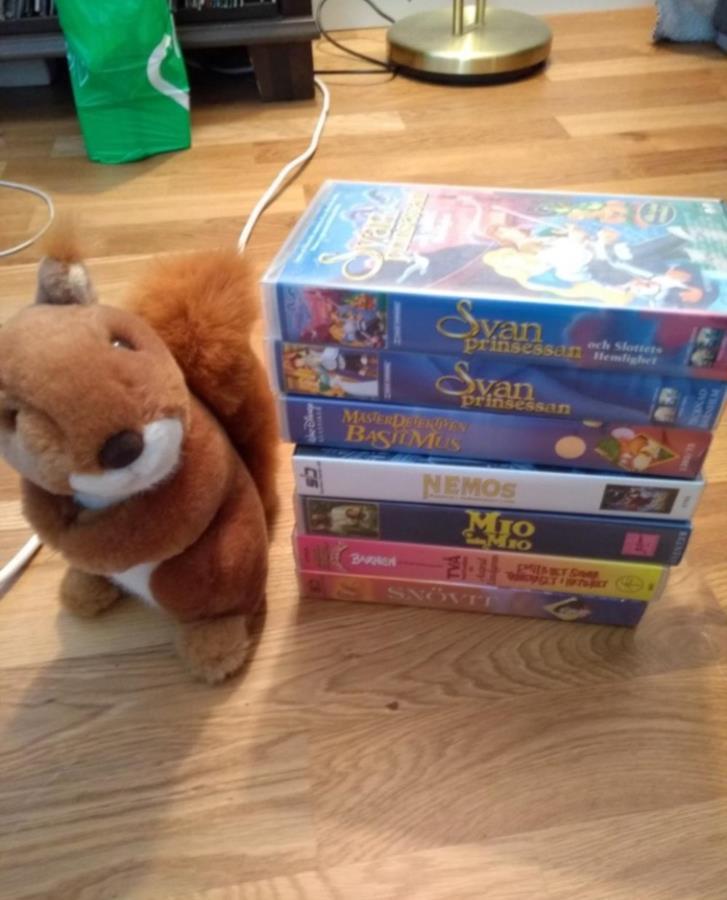 VHS barnfilmer och ett gosedjur